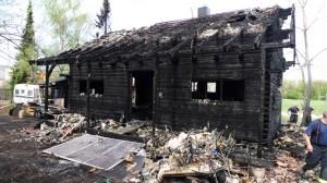 Ausgebrannte Blockhütte