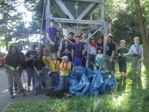 Die Stammesmitglieder bei der Müllsammelaktion