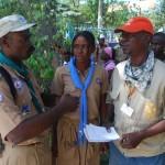 CARE verteilt Hilfsgüter zusammen mit haitianischen Pfadfindern