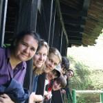 Gruppenfoto mit kolumbianischen Betreuern während eines Ausflugs, im Vordergrund: Esther Milbert, deutsche, die das Projekt in Kolumbien mit leitet; ganz hinten: Julio Cardenas.
