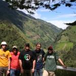 Gruppenbild deutsche Teilnehmer auf Aussichtspunkt nahe Juntas (ca.2400 m); Michael, Peter, Simon, Spartak, Philipp.