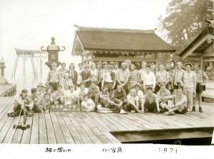 Das Bild zeigt den Trupp VI vor dem weltberühmten Itsukushima-Schrein. Das Kontingentsabzeichen 2015 zeigt genau diese Gedenkstätte.