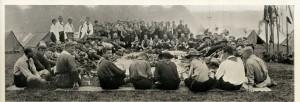"""Die Abbildung einer """"Tea Party"""" im deutschen Lager beweist die Teilnahme deutscher Pfadfinder."""
