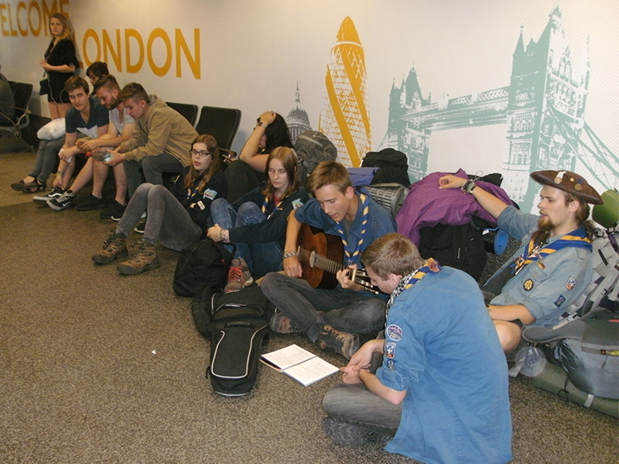 Zeitvertreib am Busbahnhof in London: Singen!