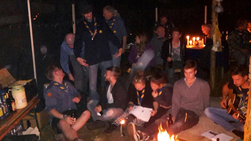 Abends am Feuer wird noch gemeinsam gesungen und erzählt.