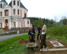 Die Pfadfinder renovierten die Umgebung der Kirche in Altwasser