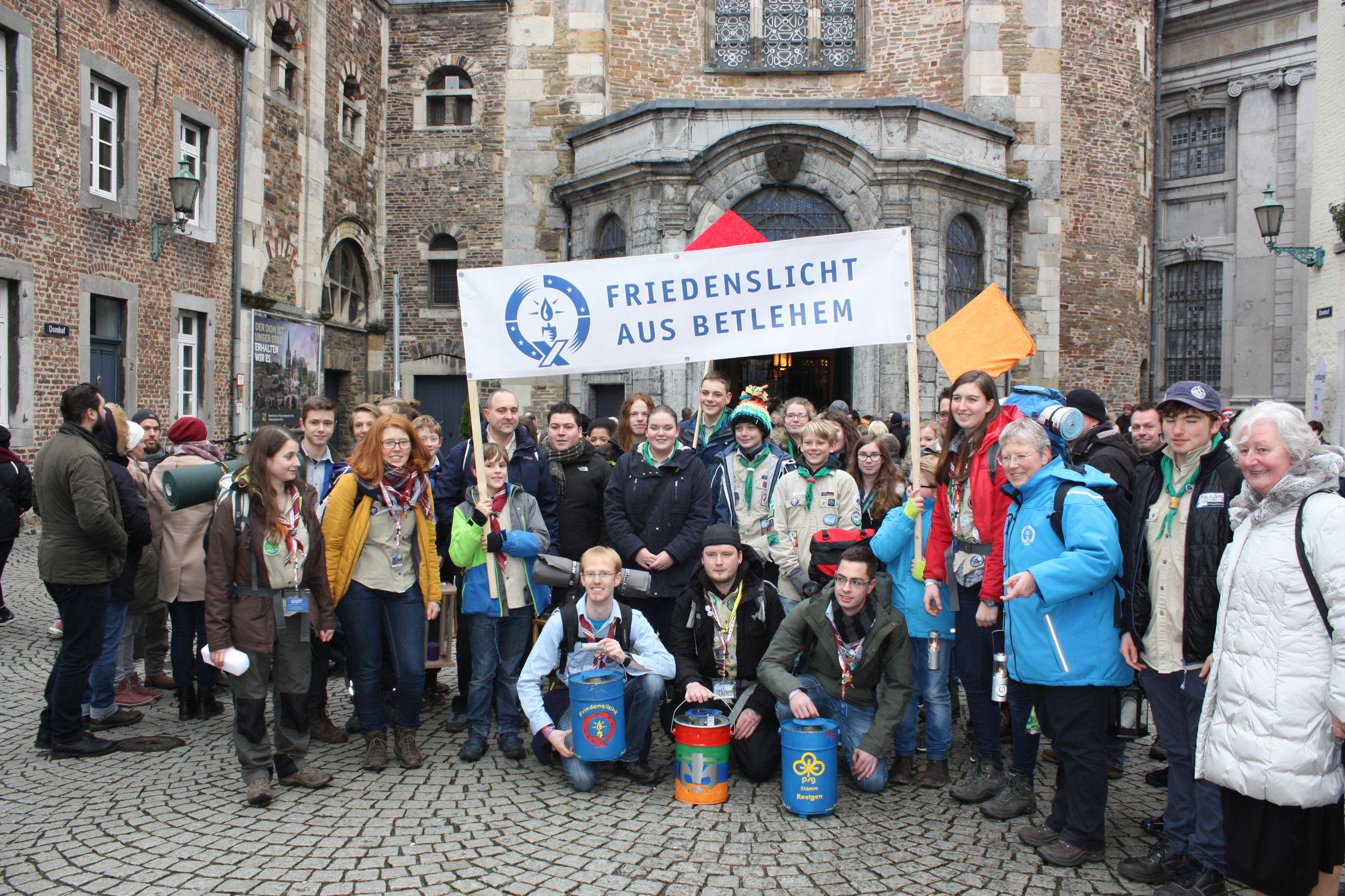 Der Friedenslichtzug erreicht den Aachener Dom
