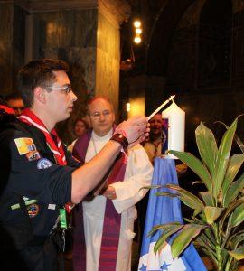 Friedenslichtkerze im AC Dom wird entzündet DPSG AC